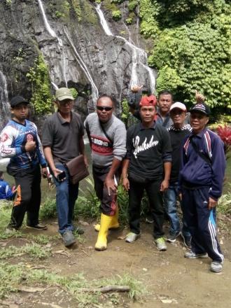 Foto bareng perbekel ama team desa
